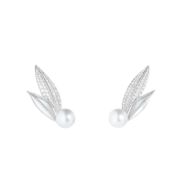 Feuilles de Laurier earrings set with mother of pearl and Akoya cultured pearls paved with diamonds in white gold 750x750 Salma Hayek w zjawiskowej bi uterii marki Boucheron Oscary 2020