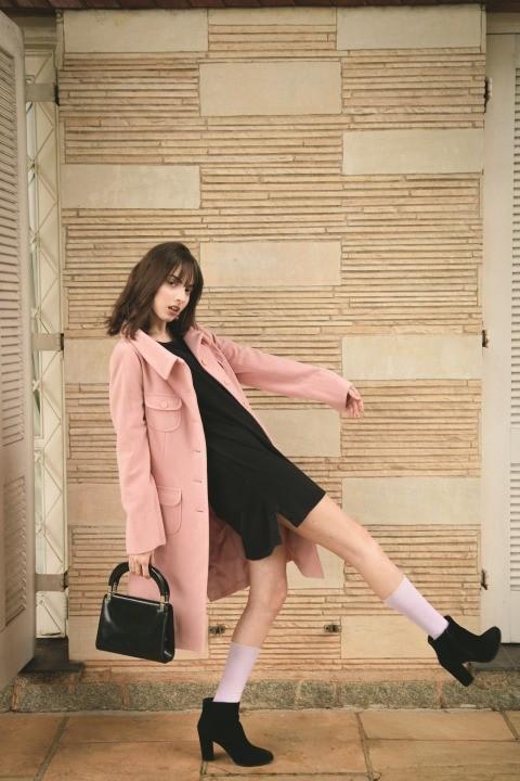 Woman wearing pink overcoat and black inner top 2043590 Najwygodniejsze damskie buty na ka d okazj