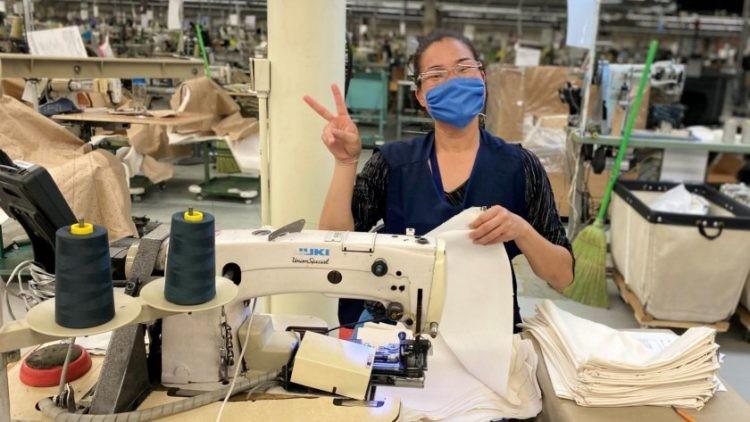 Gown2 750x422 Kontoor Brands b dzie produkowa i dostarcza jednorazow odzie ochronn do szpitali w zwi zku z pandemi COVID 19
