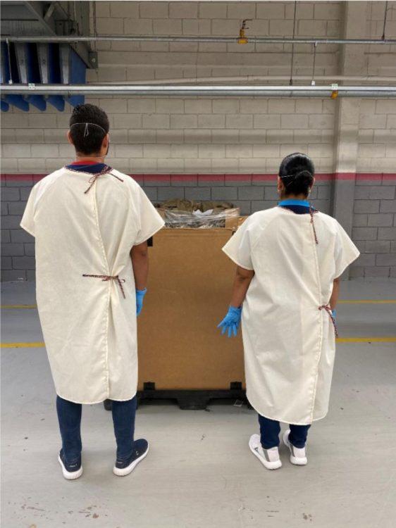 Gown7 562x750 Kontoor Brands b dzie produkowa i dostarcza jednorazow odzie ochronn do szpitali w zwi zku z pandemi COVID 19