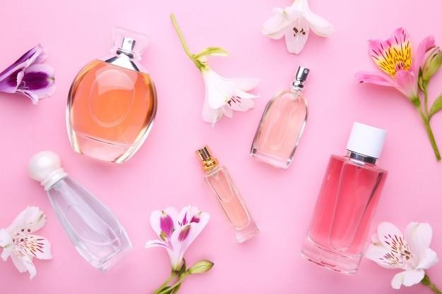 Butelki perfum z kwiatami 106006 868 Jak wybra trwa e perfumy damskie
